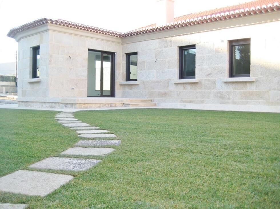 Imágen de fondo de la página de inicio, Una casa de piedra reformada con jardin